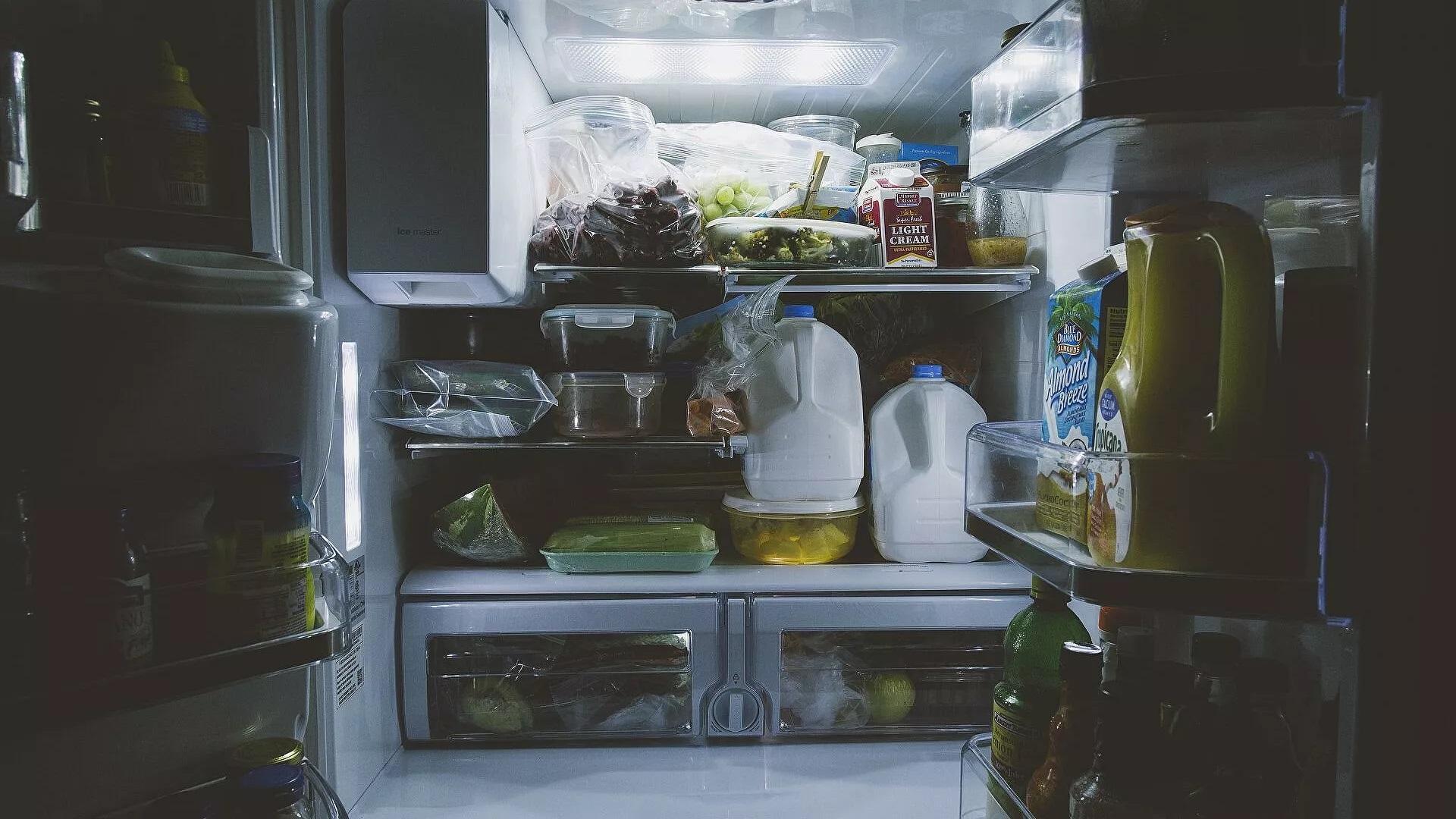 Ученый объяснил, почему нельзя хранить молоко в дверце холодильника