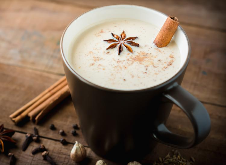 Молоко со специями является самым полезным напитком осени